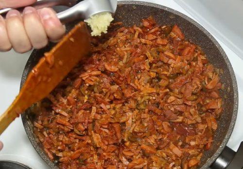 Простая домашняя солянка с колбасой