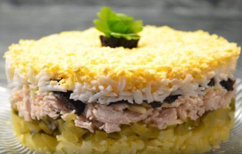 Салат на Новый год с курицей и черносливом «Торжество»