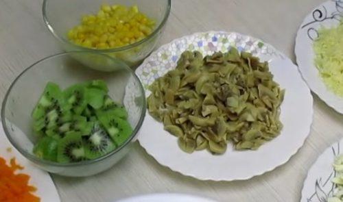 Салат праздничный с курицей и киви