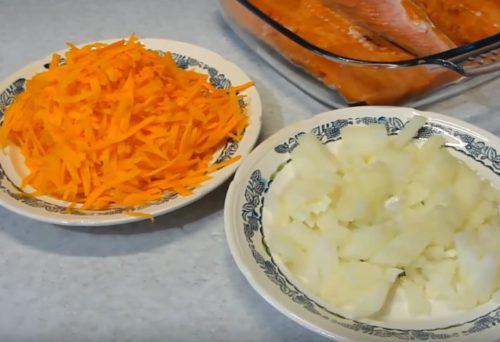 Горбуша в духовке под шубой из лука и моркови