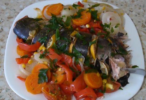 Запеченная в рукаве горбуша с овощами