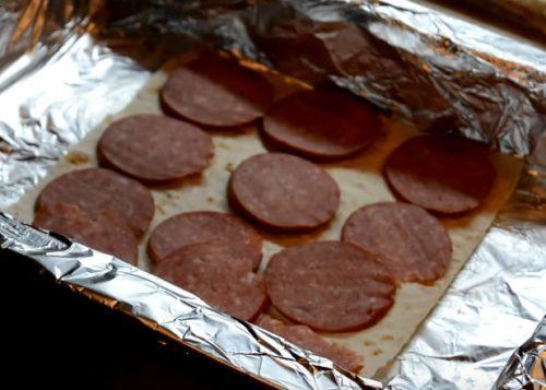 Быстрый и простой закусочный торт из лаваша с сыром, колбасой, овощами и яйцами