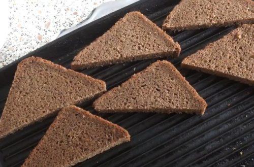 Форшмак с чесноком на гренках из бородинского хлеба