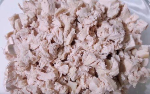 Как приготовить слоеный салат с курицей и ананасами