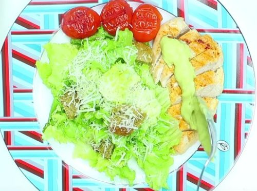 Легкий и полезный салат Цезарь с курицей и соусом из авокадо и печеными помидорами