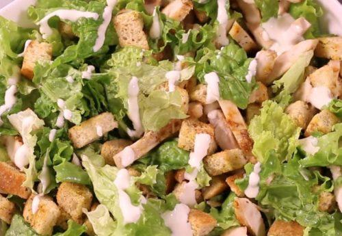 Легкий салат Цезарь с куриной грудкой и йогуртовым соусом