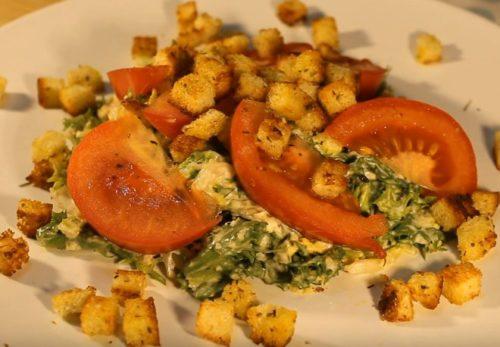 Рецепт салата Цезарь с соусом из анчоусов и каперсов
