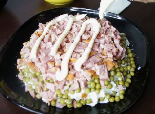 Рецепт слоеного салата с копченой курицей, горошком и сыром