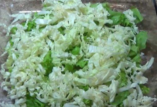 Салат Цезарь с пекинской капустой и оригинальным соусом Цезарь