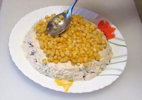 Салат слоеный с курицей, кукурузой, картофелем и маринованными огурцами
