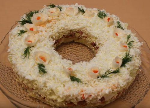 Слоеный салат «Невеста» с копченой курицей и плавленым сыром