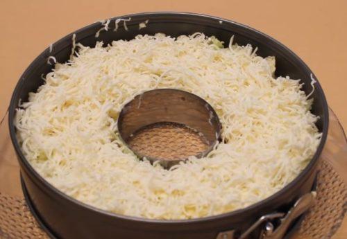 Слоеный салат Невеста с копченой курицей и плавленым сыром