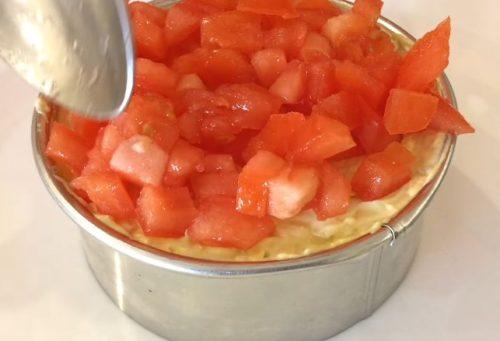 Слоеный салат из курицы и свежих овощей