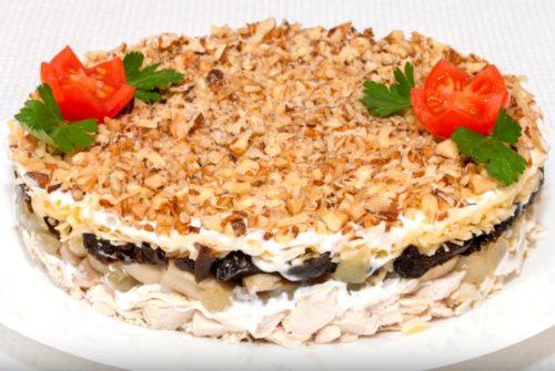 Слоеный салат с курицей, черносливом и грибами