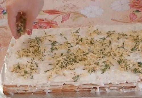 Торт-закуска из крекеров с рыбными консервами