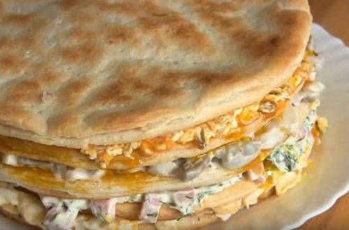 Закусочный праздничный торт из слоеных коржей с ветчиной, сыром и грибами