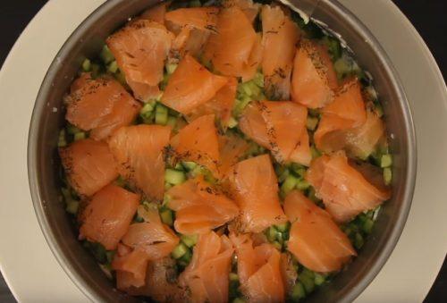Закусочный торт-суши с красной рыбой и крабовым мясом