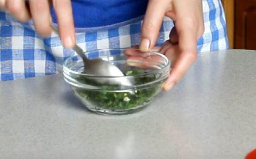 Запеченная в духовке скумбрия с петрушкой и чесноком