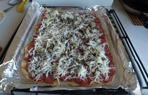 Пицца с охотничьими колбасками на тонком тесте