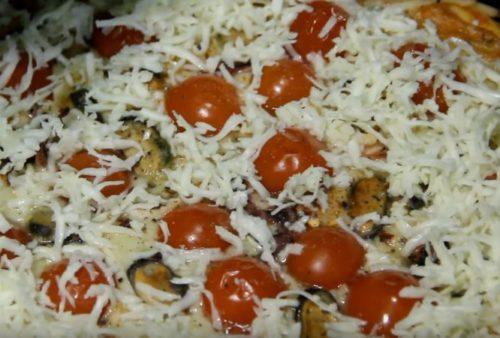 Сочная пицца с морепродуктами и помидорами черри