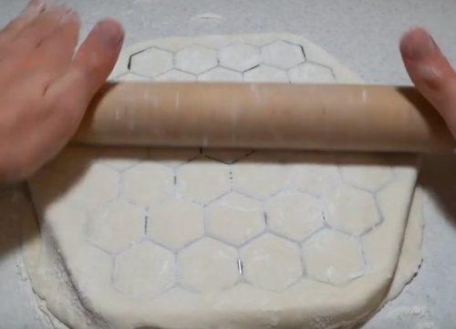 Как быстро приготовить домашние пельмени с помощью пельменницы