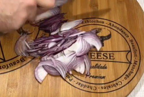 Бефстроганов из говядины с вешенками и маринованными огурцами
