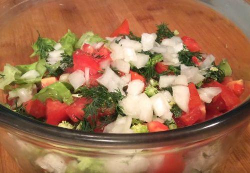 Как приготовить салат из свежих овощей и брокколи