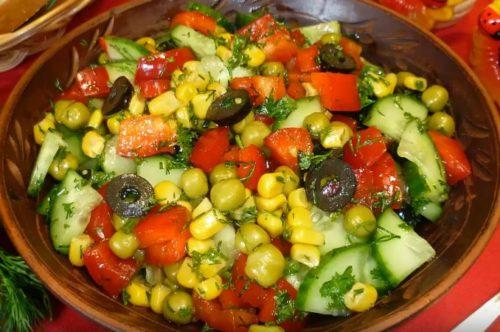 Легкий салат из свежих овощей с горошком и кукурузой