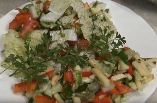 Очень вкусный салат с яблоком, сельдереем и сладким перцем