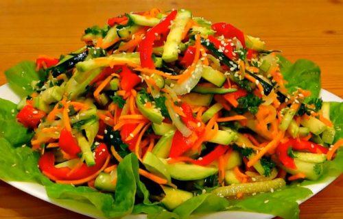 Овощной салат со свежим кабачком, огурцом и сладким перцем