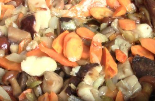 Постные щи с лесными грибами и фасолью