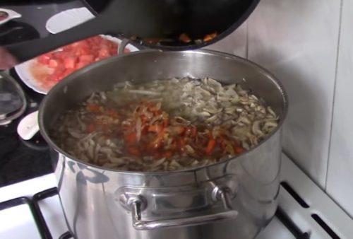 Рецепт ароматных щей с шампиньонами и салом
