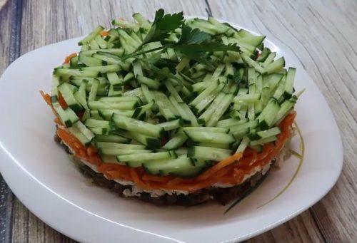 Слоеный салат с корейской морковью, куриной грудкой и шампиньонами