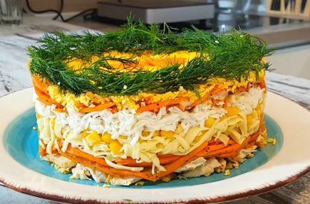 Слоеный салат с курицей, кукурузой и морковью по-корейски