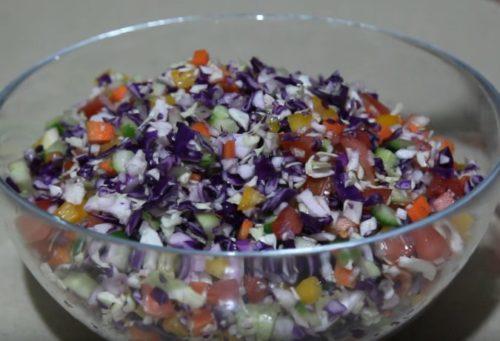 Витаминный овощной салат с капустой и сельдереем
