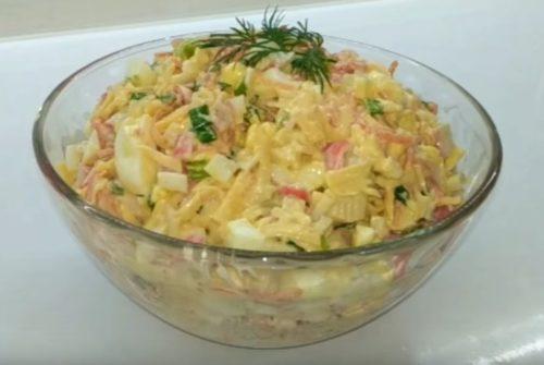 Вкусный салат с крабовыми палочками и корейской морковью