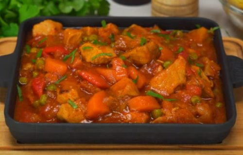 Рецепт ароматного гуляша из свинины с болгарским перцем и горошком