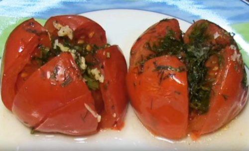 Как запечь помидоры в фольге с зеленью и чесноком