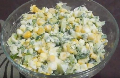 Легкий весенний салат из огурцов с кукурузой и яйцом
