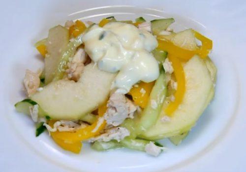 Оригинальный салат с курицей, огурцами и грушей