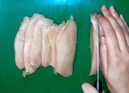Ароматная куриная грудка с чесноком и специями обжаренная в кляре