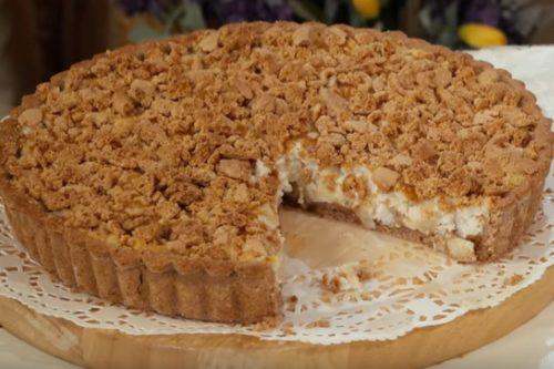 Песочный пирог с творогом и яблоками под крошкой из печенья