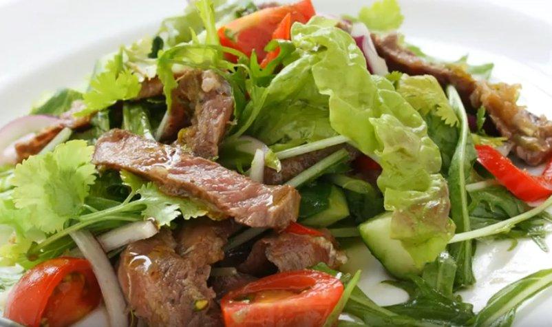 Салат с говядиной перцем и огурцом