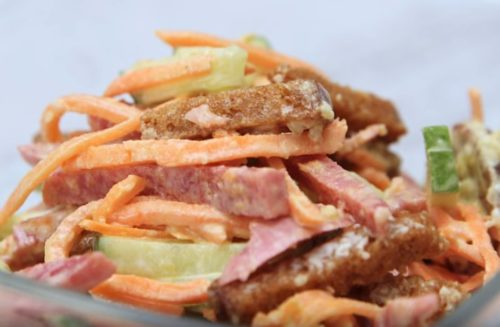 Салат с копченой колбасой и кириешками